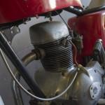 125 cc glad en sierlijk motorblok. Geen panhead maar baldhead.
