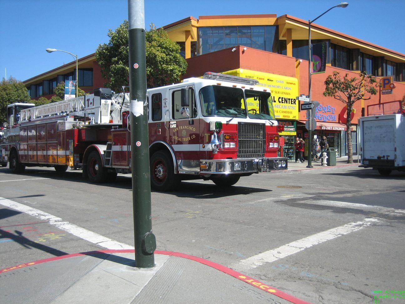 Die brandweer jongens lijken allemaal wel een rondje aan het rijden te zijn