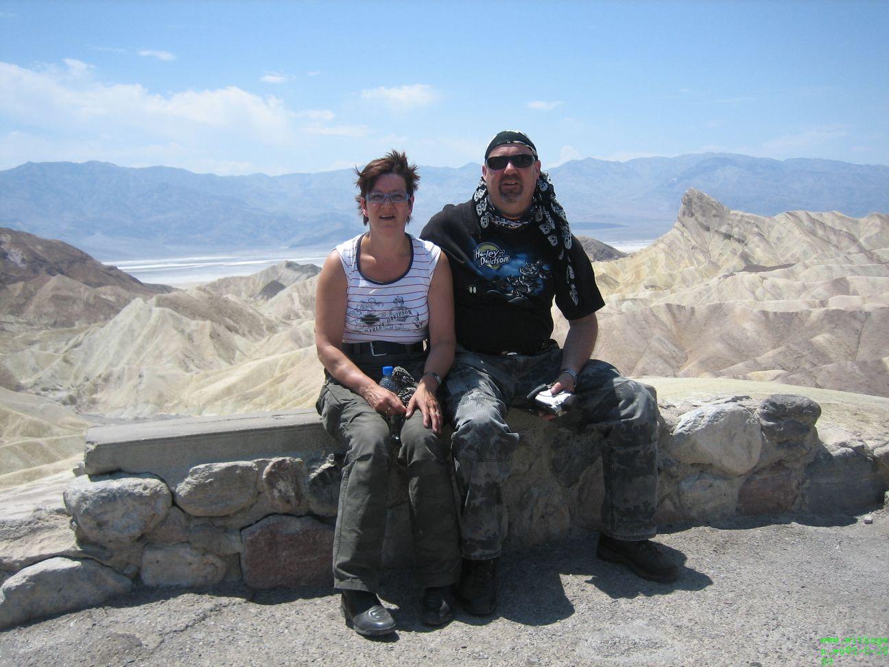 Het zelfde stel weer in Death Valley, ze achter volgen ons.